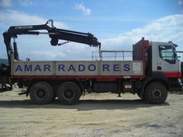 Camión Renault con grúa | Amarradores del Puerto y Ría de Ferrol S.L.